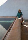 Signora africana allo stagno Fotografia Stock Libera da Diritti