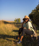 Signora africana che riposa durante l'escursione Fotografia Stock