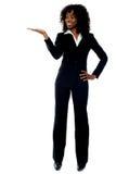 Signora africana corporativa che presenta lo spazio della copia Fotografia Stock