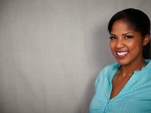 Signora africana sorridente che esamina la macchina fotografica Immagine Stock