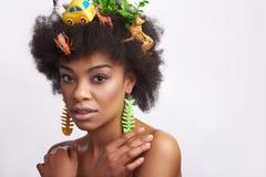 Signora afroamericana sensuale con l'acconciatura degli animali fotografia stock libera da diritti