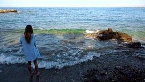 Signora alla moda su Rocky Sea Beach video d archivio