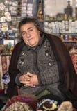 Signora anziana ad un negozio di ricordo fotografia stock