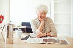 Signora anziana alla moda a casa che legge Fotografia Stock Libera da Diritti