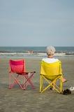 Signora anziana alla spiaggia Immagini Stock