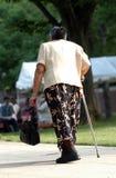 Signora anziana camminare Fotografie Stock