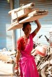 Signora anziana caricata. Vecchia Delhi, India. Immagini Stock