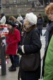 Signora anziana che dà tributo al clav Havel del ¡ di VÃ Fotografia Stock