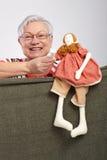 Signora anziana che gioca esposizione di burattino Immagini Stock