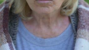 Signora anziana che mangia porridge, pasti per i pensionati poveri, riforma sociale di carità video d archivio