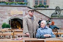 Signora anziana che parla con uomo su una via Fotografia Stock