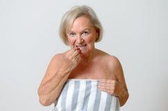 Signora anziana che usando spazzola interdental Fotografia Stock Libera da Diritti