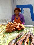 Signora anziana che vende i pesci, Tailandia. fotografie stock