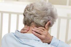 Signora anziana con dolore al collo Immagini Stock Libere da Diritti