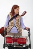 Signora anziana con il rollator e gli strumenti musicali Immagini Stock Libere da Diritti