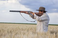 Signora anziana con shootgun pronto per la caccia con shootgun fotografia stock libera da diritti