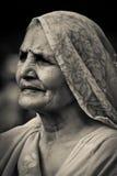 Signora anziana dell'ingresso in India, Mumbai, India Fotografie Stock