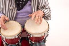 Signora anziana divertente che gioca bongo immagini stock