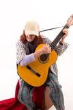 Signora anziana divertente che gioca chitarra acustica fotografie stock libere da diritti