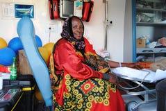 Signora anziana nella clinica di salute mobile Nairobi Kenya Fotografie Stock