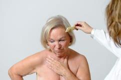 Signora anziana ottiene lei i capelli pettinati Immagini Stock