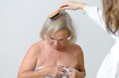 Signora anziana ottiene lei i capelli pettinati Fotografia Stock Libera da Diritti