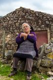 Signora anziana Siting Proud della sua biografia fotografia stock libera da diritti