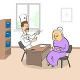 Signora anziana Visiting Doctor Sitting in ufficio medico Immagini Stock
