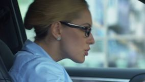 Signora arrabbiata di affari che rimprovera collega tramite cellulare, conflitto sul lavoro, giornataccia archivi video
