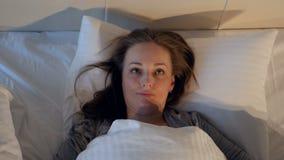 Signora arrabbiata di disturbo dal rumore Primo piano 4K archivi video