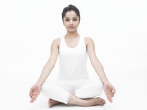 Signora asiatica che fa yoga Fotografie Stock