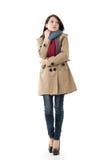 Signora asiatica con il cappotto nell'inverno fotografia stock