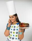 Signora asiatica con la sua zolla del pollo cotto Fotografie Stock