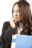 Signora asiatica dell'ufficio nel dispositivo di piegatura nero del vestito a disposizione Fotografia Stock Libera da Diritti