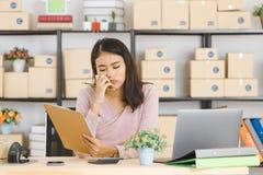 Signora asiatica di affari all'ufficio immagine stock