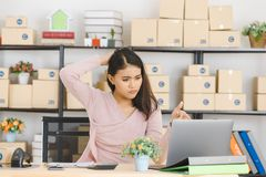 Signora asiatica di affari all'ufficio immagini stock