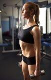 Signora atletica che fa allenamento con i pesi Fotografia Stock Libera da Diritti