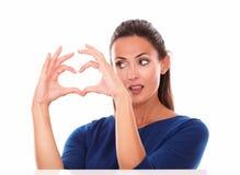 Signora attraente che esamina un segno di amore Immagine Stock Libera da Diritti