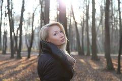 Signora attraente che posa nel parco. Fotografia Stock