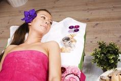 Signora attraente della foto di riserva che ottiene il trattamento della stazione termale in salone, guarisce Fotografie Stock