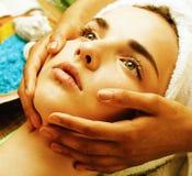 Signora attraente della foto di riserva che ottiene trattamento in salone, fine della stazione termale sulle mani asiatiche sul f immagine stock
