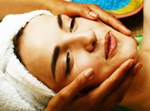 Signora attraente della foto di riserva che ottiene trattamento della stazione termale in salone, clos immagine stock libera da diritti