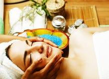 Signora attraente della foto di riserva che ottiene trattamento della stazione termale in salone, clos fotografie stock libere da diritti