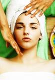 Signora attraente della foto di riserva che ottiene trattamento della stazione termale in salone, clos fotografia stock libera da diritti