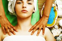 Signora attraente della foto di riserva che ottiene trattamento della stazione termale in salone, clos immagini stock
