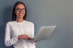 Signora attraente di affari con l'aggeggio Immagini Stock Libere da Diritti