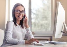 Signora attraente di affari in ufficio Fotografie Stock