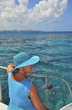 Signora in azzurro sulla barca Immagini Stock Libere da Diritti