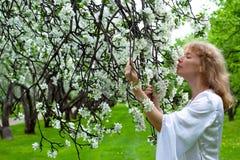 Signora bianca e fiori bianchi immagine stock