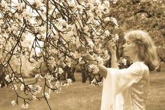 Signora bianca e fiori bianchi fotografie stock